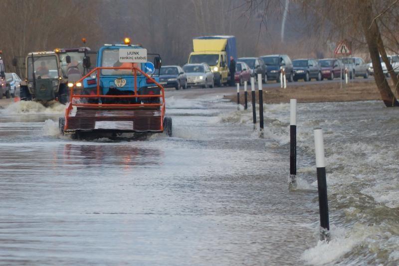 Rusnės kelias vėl atsidūrė po vandeniu