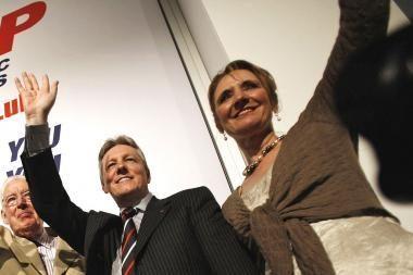 Neištikima žmona žlugdo politiko karjerą
