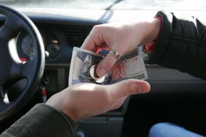 Teismui perduodama byla dėl vokeliuose mokėtų algų