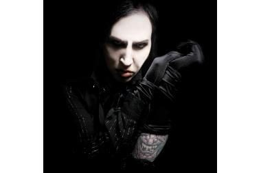 M.Mansono persirengimo kambarys Rygoje - visiškai juodas