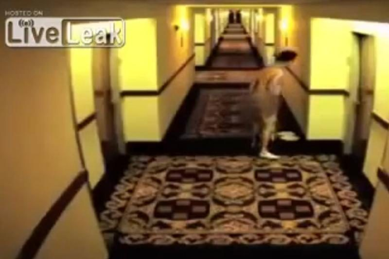 Kokia gėda! Nuogas užsitrenkė viešbučio koridoriuje