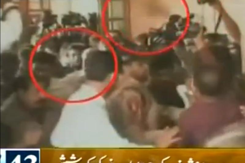 Pakistane teisininkas sviedė batą į buvusį prezidentą Musharrafą