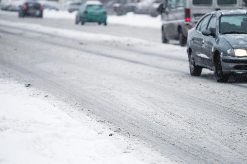 Sudėtingas eismo sąlygas dieną dar labiau sunkins sniegas