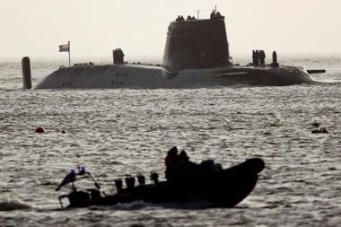 Britų povandeninis atominis laivas užplaukė ant seklumos prie Škotijos krantų