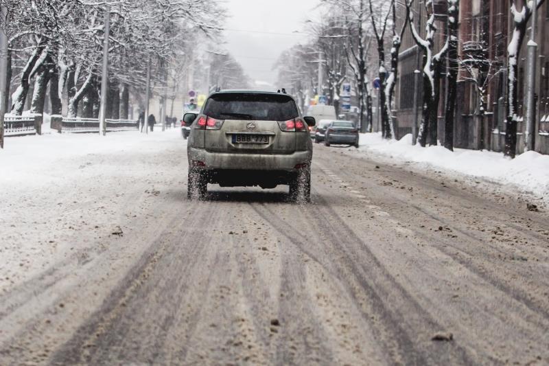 Kelininkai įspėja saugotis slidžių kelio ruožų