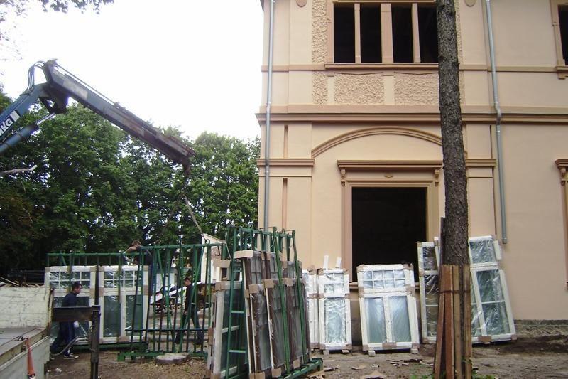 Restauruojamas Palangos Kurhauzas dabinasi naujais langais