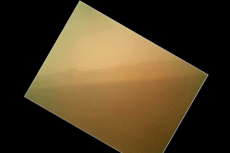 """NASA marsaeigis """"Curiosity"""" atsiuntė pirmąją spalvotą nuotrauką"""