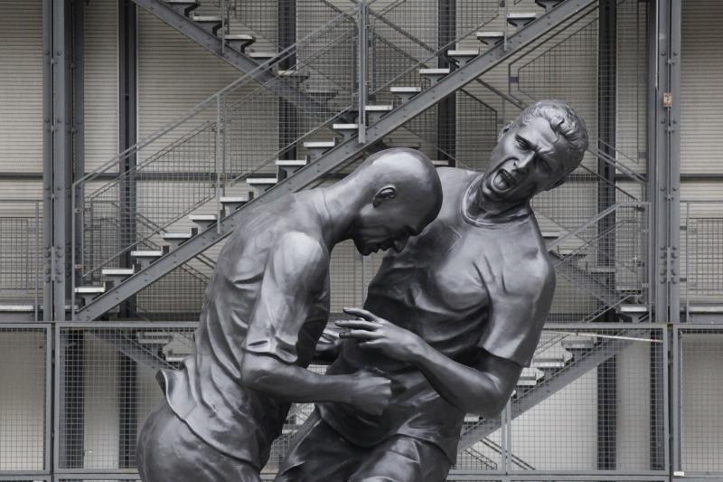 Z.Zidane'o ir M.Materazzi konfliktas įamžintas skulptūroje