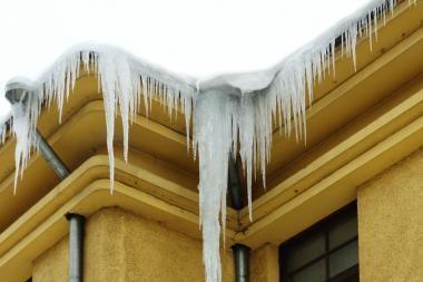 Nuo stogų krentantis sniegas niokoja mašinas