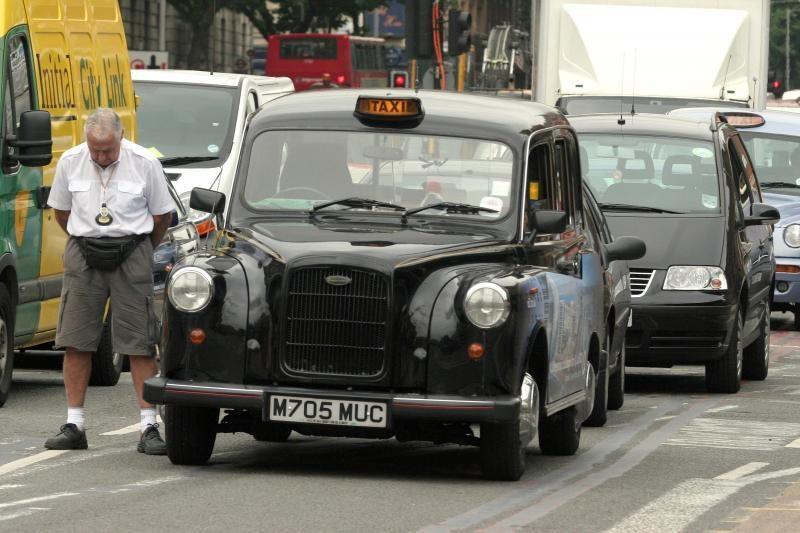 Trys vyrukai apvažiavo taksi visą pasaulį