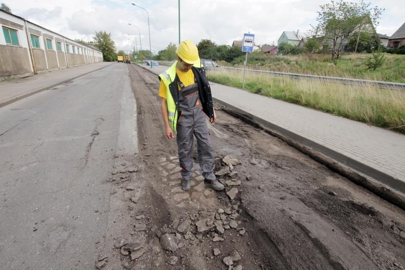 Joniškės gatvėje po asfaltu rastais akmenimis grįs kitas gatves