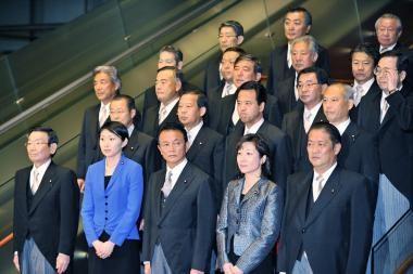 Japonijos premjeras apkarpė atlyginimus sau ir ministrams