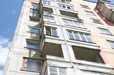 Ugniagesiai nelaužia durų, o lipa per balkoną