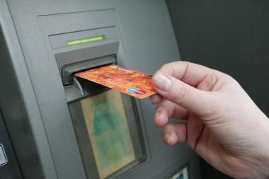 Vagys pasinaudojo bankomate likusia kortele