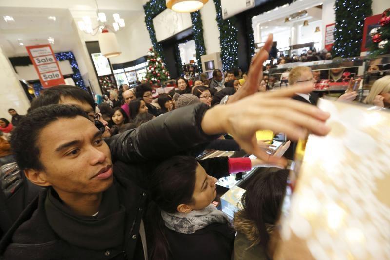 Didžiojoje Britanijoje milijonai žmonių jau naktį šturmavo parduotuves