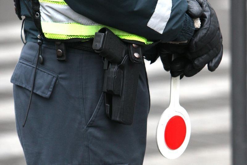 Girto vairuotojo kyšis policijai – mobilusis telefonas