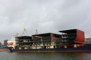 Į Suomiją iškeliavo milžiniškas laivo blokas
