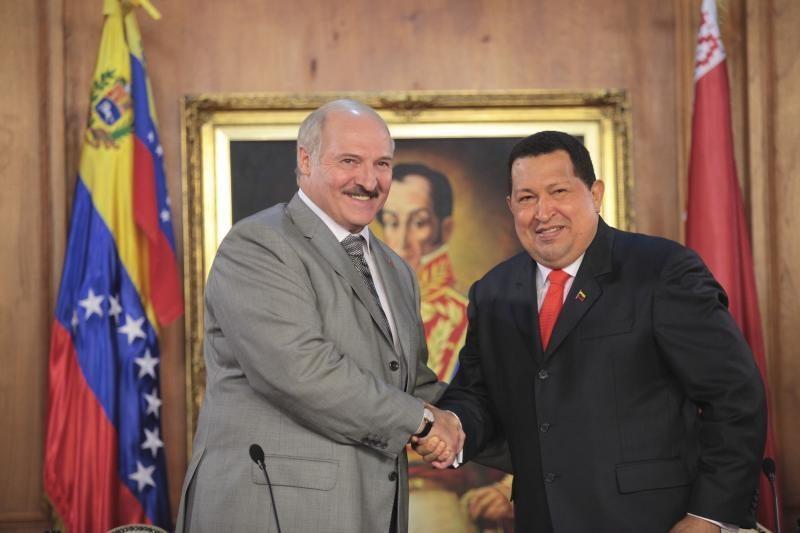 H.Chavezas šiltai sutiko Vakarų izoliuotą Baltarusijos lyderį