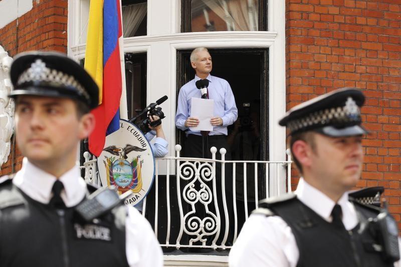"""""""WikiLeaks"""" įkūrėjas J. Assange'as jaučiasi gerai"""