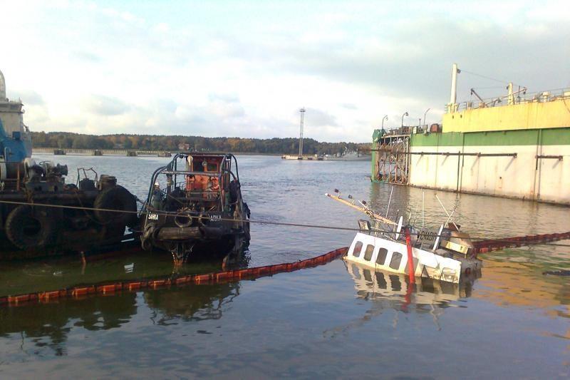 Klaipėdos uoste vyksta nuskendusio laivo iškėlimo darbai