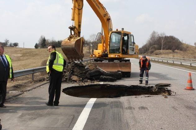 Autostradoje Kaunas-Vilnius netikėtai atsivėrė smegduobė (foto)