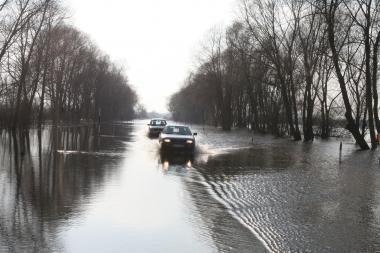 Potvynis pamaryje: jau yra neišvažiuojamų kelių