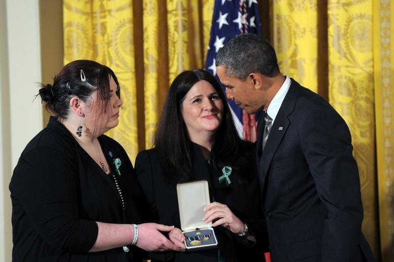 B. Obama medaliais apdovanojo šešias Niutaune nužudytas mokytojas