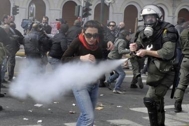 Atėnuose prieš demonstrantus policija panaudojo ašarines dujas
