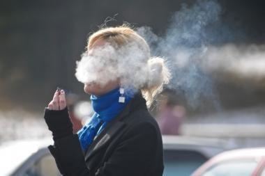Atpratinti rūkyti viešose vietose ne visur einasi lengvai