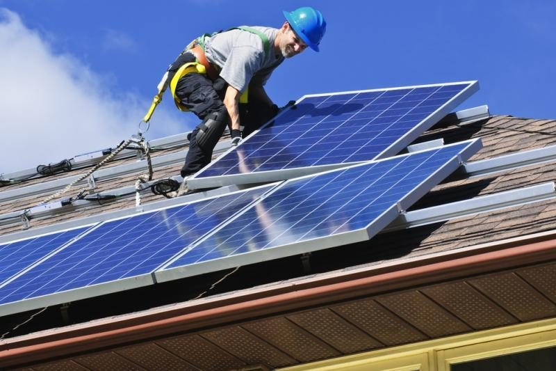 Saulės jėgainių statytojai už elektrą gaus mažiau nei planavo