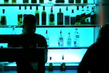 Grupė Seimo narių siūlo vakarais nepilnamečių neįleisti į kavines ir barus