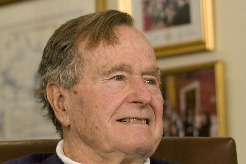 """""""Labai laimingas"""" G. Bushas vyresnysis išėjo iš ligoninės"""