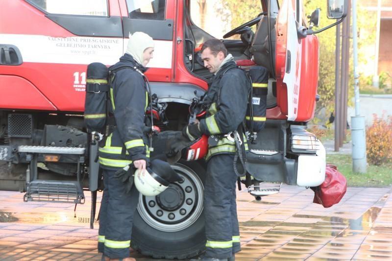 Kaune automobilio prispaustą moterį gelbėjo ugniagesiai