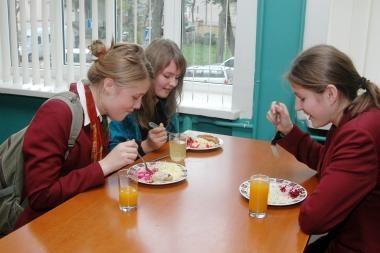Nemokamai maitinami beveik 203 tūkst. mokinių