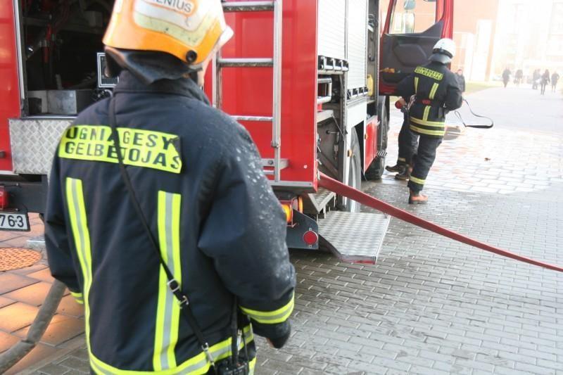 Vilniuje degė butas, dūmais apsinuodijo vyras