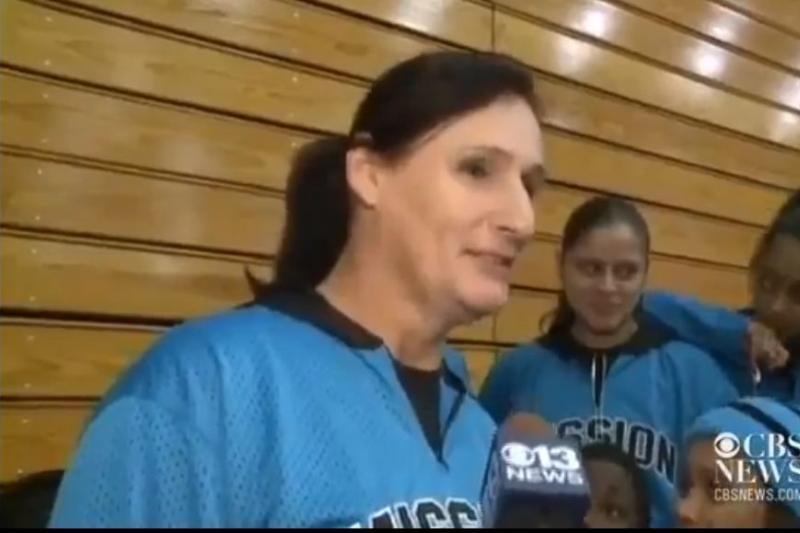 Merginų krepšinio komandoje – 201 cm ūgio transseksualas
