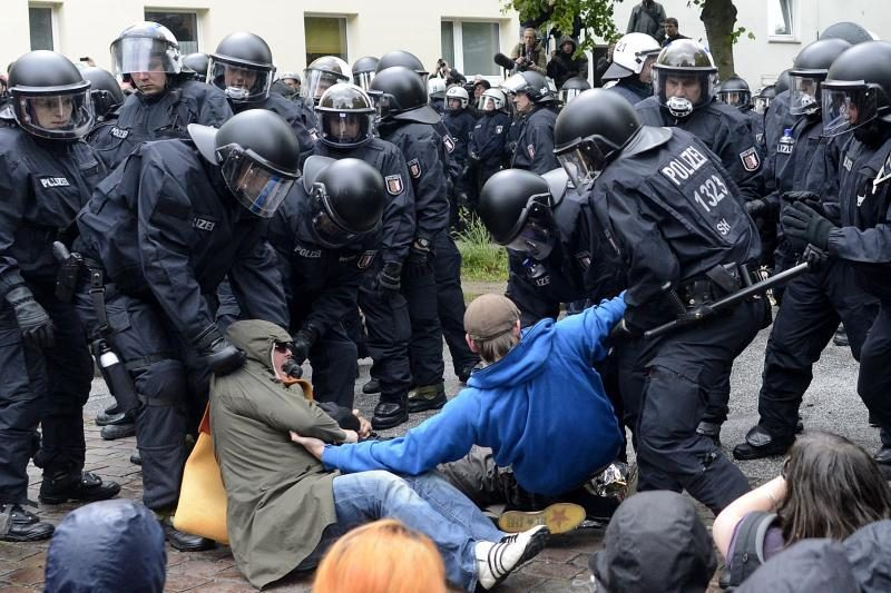 Dešimtys policininkų nukentėjo per susirėmimus neonacių mitinge
