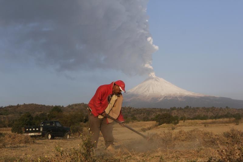 Meksikoje ugnikalnis išmetė uolienų į pusės mylios aukštį