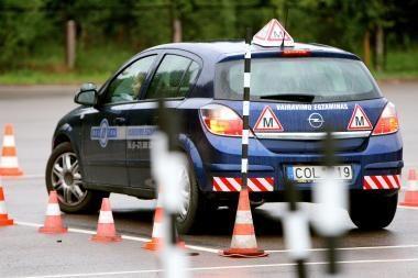 Pradinių praktinio vairavimo įgūdžių galės išmokyti šeimos nariai