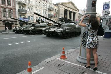Į Kijevą įriedėjo tankai