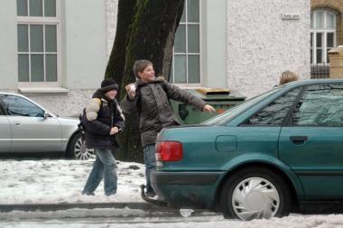 """""""Nekalti"""" vaikų žaidimai sniego gniūžtėmis"""
