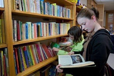 Skaitytojai tuština knygų lentynas