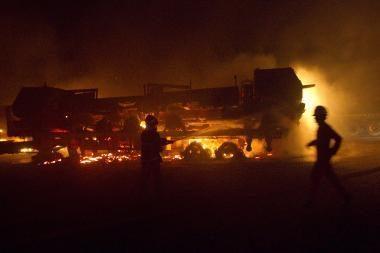 Pakistane ginkluoti užpuolikai padegė 50 NATO sunkvežimių