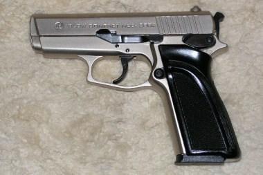 Klaipėdoje šiukšlių konteineryje benamis rado ginklą