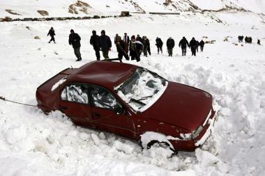 Sniego lavinos Afganistane nusinešė mažiausiai 150 gyvybių