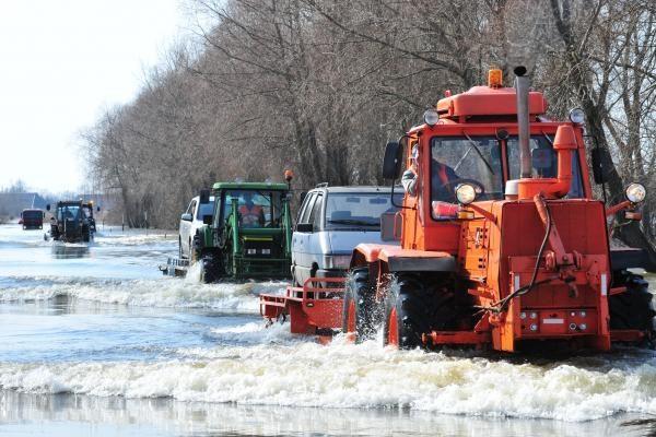Kelyje į Rusnę vėl pakilus vandeniui, pradėti kelti automobiliai