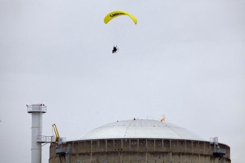"""""""Greenpeace"""" aktyvistas įskrido į atominės elektrinės teritoriją"""