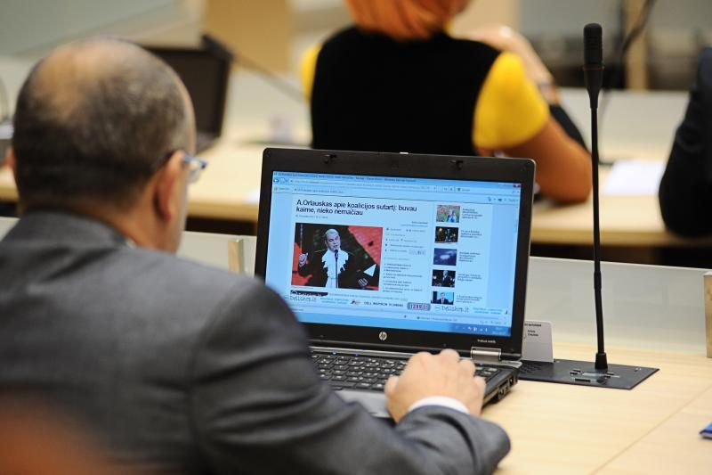 Per posėdį Kauno politikai smaginosi internete ir rūpinosi savo grožiu