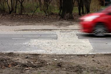 Kauno komunalininkai išdraskė naują kelio dangą