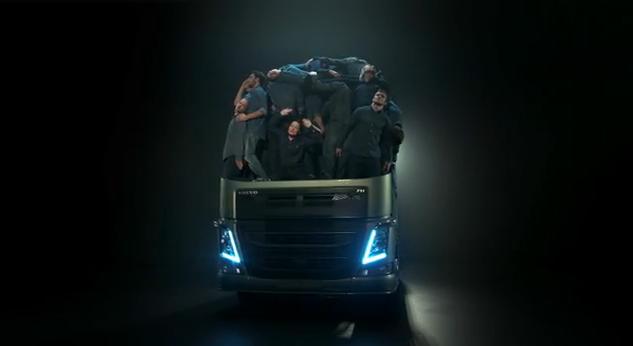 Testas: kiek vairuotojų telpa viename sunkvežimyje?